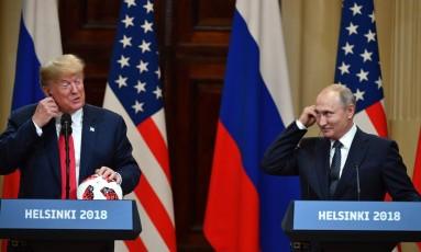 Vladimir Putin (direita), ao lado de Donald Trump na coletiva em Helsinque Foto: YURI KADOBNOV / AFP