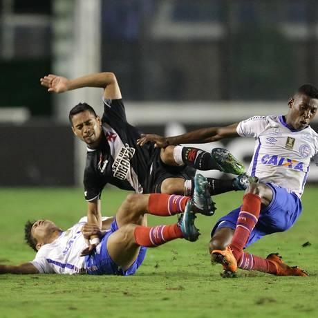 O lateral do Vasco Yago Pikachu é derrubado por jogadores do Bahia Foto: Márcio Alves / Agência O Globo