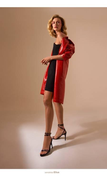 Renata usa casaco Coven, vestido Miu Miu no Frou Frou Vintage; e sandálias Ellus Foto: Thais Vandanezi
