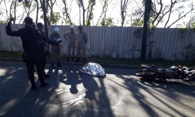 Mulher foi baleada quando dirigia moto Foto: Reprodução/WhatsApp