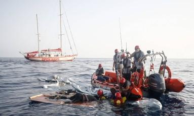 Membros da ONG espanhola Braços Abertos resgaram imigrante de um barco que afundou no Mediterrâneo Foto: PAU BARRENA / AFP