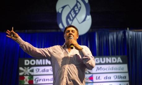 O apresentador Jorge Perlingeiro comanda a festa do sorteio da ordem dos desfiles da Liesa Foto: Pedro Kirilos/09-07-2013