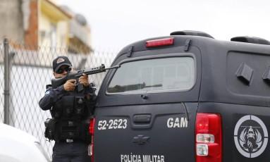 PMs em troca de tiros na Linha Amarela, em maio deste ano Foto: Pablo Jacob / Agência O Globo