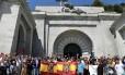 Manifestantes se manifestam na basílica do Vale dos Caídos em protesto contra os planos de remoção dos restos do ditador Francisco Franco Foto: JAVIER SORIANO / AFP/ 15-7-2018