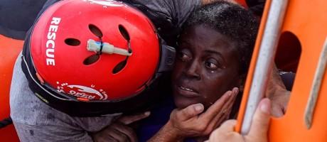 Membro da ONG Proactiva Open Arms socorre mulher encontrada no Mediterrâneo Foto: JUAN MEDINA / REUTERS