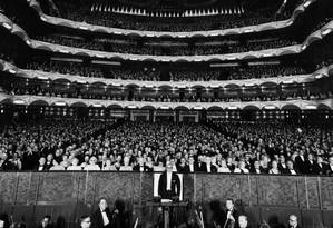 Metropolitan Opera House, em Nova York, em uma noite de 1955, período em que ainda atraía grandes públicos Foto: Authenticated News / Agência O Globo