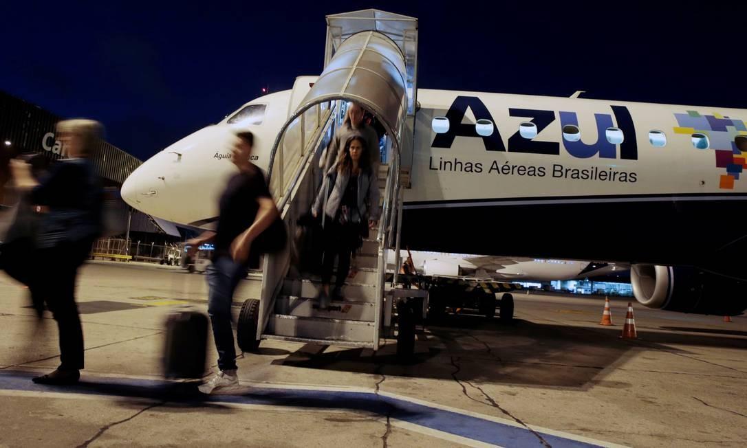 Passageiros desembarcam de avião da Azul Foto: / Leonardo Benassatto/Reuters