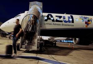 Passageiros desembarcam de avião da Azul Foto: Leonardo Benassatto/Reuters