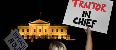 """Manifestantes protestam diante da Casa Branca, com placas chamando Trump de """"Traidor-em-Chefe"""" Foto: YURI GRIPAS / REUTERS"""