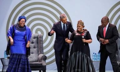 Obama (C) com Graça Machel, viúva de Mandela (E), o presidente sul-africano Cyril Ramaphosa (D) e a cantora Thandiswa Mazwai na homenagem a Mandela, que faria 100 anos amanhã Foto: MARCO LONGARI / AFP