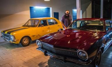 Os dois carros juntos no set, com o ator Fabio Mozine. O castigado Opala foi comprado para o filme, enquanto o impecável Maverick foi alugado por três dias Foto: Divulgação