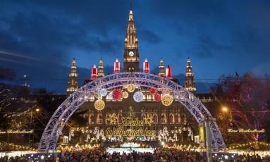 O mercado natalino em frente ao Wiener Rathaus, o prédio da prefeitura de Viena, capital da Áustria Foto: Franz Neumayr / The New York Times