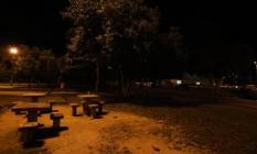No breu. A Praça Heitor Bastos Tigre, no Recreio, é um dos pontos onde moradores reclamam de assaltos constantes Foto: Bárbara Lopes / Agência O Globo
