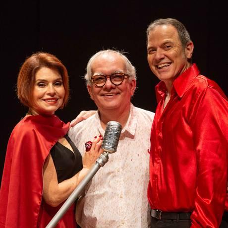 'Minha vida daria um bolero': os atores da peça Françoise Forton e Aloísio de Abreu, com o autor Artur Xexéo (ao centro) Foto: Divulgação