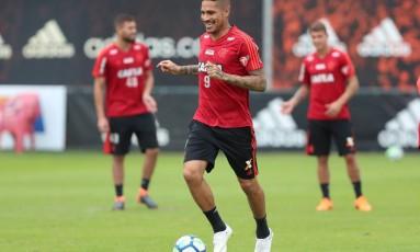 O Flamengo e a defesa de Guerrero estão certos de que o atacante está apto a jogar, mas risco de caso parar no STJD Foto: Agência O Globo