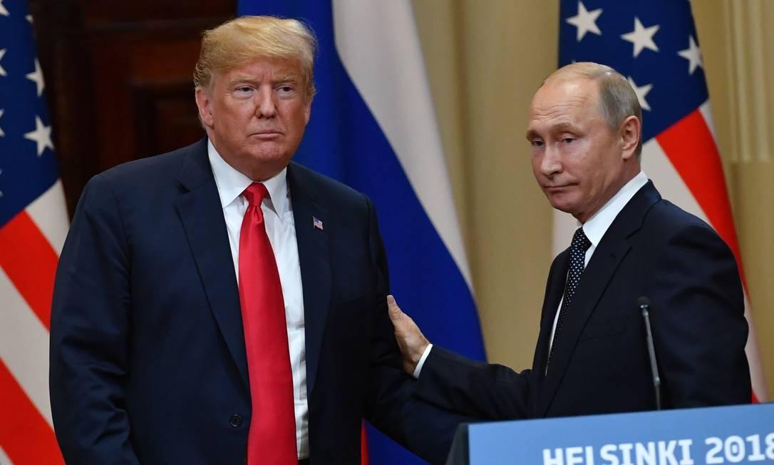 Donald Trump e Vladimir Putin durante o encontro em Helsinque, na segunda-feira Foto: YURI KADOBNOV / AFP