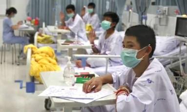 Vídeo divulgado pelo Ministério da Saúde da Tailândia mostra os meninos no hospital Foto: HANDOUT / AFP