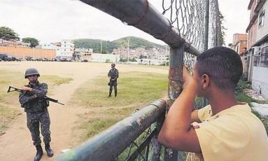 Militares fazem operação, em maio, na favela Bateau Mouche, onde foi registrado o segundo tiroteio com maior duração Foto: Pablo Jacob / Agência O Globo