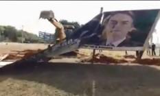 Prefeitura de Ilha Solteira (SP) derruba outdoor de Jair Bolsonaro, que alegou falta de autorização Foto: Reprodução/Facebook