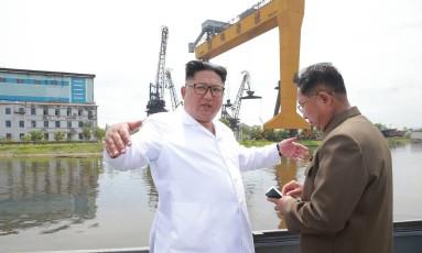 O líder norte-coreano Kim Jong-Un inspeciona um estaleiro em Chongjin: importações de derivados de petróleo russo Foto: KCNA VIA KNS / AFP