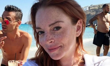 Aos 32 anos, a atriz americana Lindsay Lohan parece ter deixado as encrencas no passado e encontrado um novo rumo na vida. A ruiva toca em Mykonos, na Grécia, o Lohan Beach House. Para promover o estabelecimento, ela abriu sua intimidade, com selfies, cliques de biquíni, com a família, amigos famosos e look do dia Foto: Reprodução/ Instagram