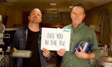Aaron Paul e Bryan Cranston em imagem de divulgação de campanha beneficente que celebra os dez anos de 'Breaking Bad' Foto: Divulgação