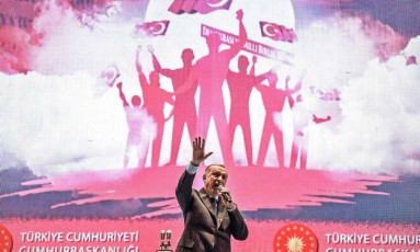 Erdogan discursa em cerimônia: estado de emergência será suspenso, mas repressão continua Foto: OZAN KOSE / AFP