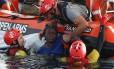 Mulher é resgatada de embarcação improvisada enquanto tentava travessia para Europa Foto: PAU BARRENA / AFP