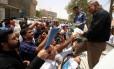 Manifestantes em Basra entregam currículos a funcionários do governo: desemprego afeta mais de 400 mil jovens a cada ano Foto: ESSAM AL-SUDANI / REUTERS