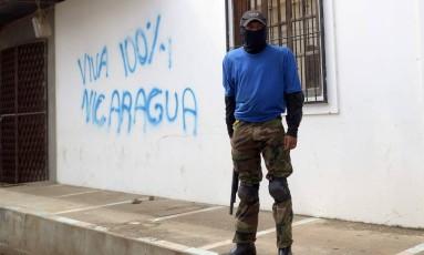Combatente paramilitar em Masaya: cidade dominada era forte bastião contra governo de Daniel Ortega Foto: MARVIN RECINOS / AFP