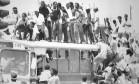 Multidão a caminho de estádio em Soweto para ver discurso de Mandela, em 1990 Foto: AP