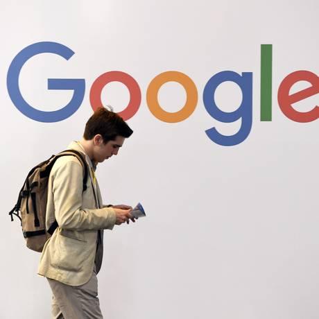 Homem passa diante de logotipo do Google em Paris Foto: ALAIN JOCARD / AFP