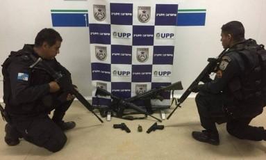 Armas apreendidas pelos policiais durante ação no Complexo do Alemão no último domingo Foto: Reprodução