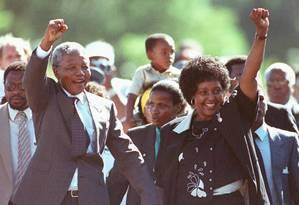 Mandela e Winnie saúdam multidão em frente à prisão Victor Verster, em Paarl, em 11 de fevereiro de 1990, logo após sua libertação Foto: ULLI MICHEL / REUTERS