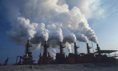 Chaminés lançam gases na atmosfera: precificação do carbono é um instrumento para financiar e estimular transição para uma economia com menos emissões Foto: Latinstock