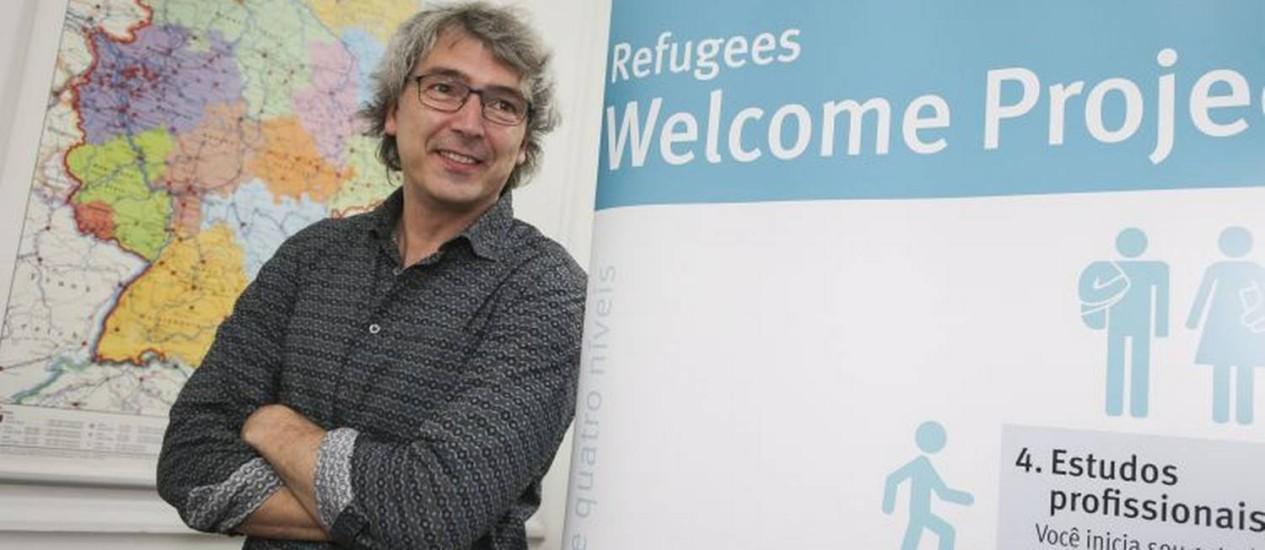 """Matthias Schmidt, responsável pelo programa alemão """"Refugees Welcome"""", que inclui refugiados no sistema de ensino superior alemão Foto: Roberto Moreyra / Agência O Globo"""