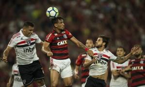 Paquetá disputa a bola no alto com Diego Souza Foto: Guito Moreto / Agência O Globo