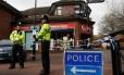 Em 12 de março de 2018, policiais perto do local onde Sergei e Yulia Skripal foram expostos ao Novichok em Salisbury, Sul da Inglaterra Foto: ADRIAN DENNIS / AFP