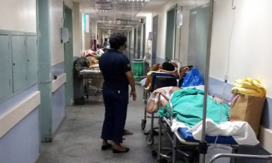 Salgado Filho tem pacientes internados no corredor Foto: Fabiano Rocha / O Globo