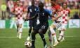 Camisa 13 da França, o baixinho Kanté protege a bola, marcado pelo croata Rebic, na final da Copa do Mundo Foto: JEWEL SAMAD / AFP