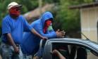 Paramilitares nicaraguenses passam pelas ruas de Monimbó, na cidade rebelde de Masaya Foto: MARVIN RECINOS / AFP