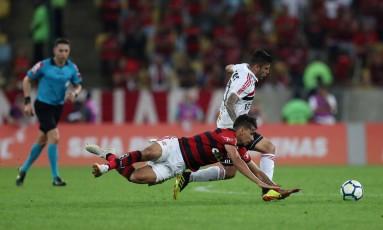 Lucas Paquetá cai diante da marcação tricolor Foto: RICARDO MORAES / REUTERS