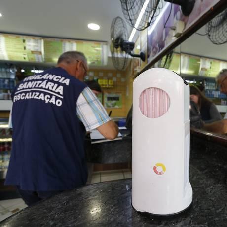 Fiscais da Vigilância Sanitária realizam fiscalização em estabelecimento do Rio Foto: Pablo Jacob / Pablo Jacob