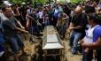 Parentes e amigos no enterro de estudante alvejado pelas forças governamentais numa igreja durante os protestos na Nicarágua. Mortos já são 280 desde abril Foto: INTI OCON / AFP