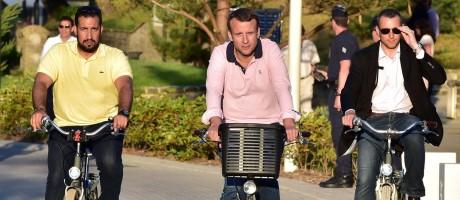 Em imagem de 2017, Alexandre Benalla (esquerda) é visto andando de bicicleta ao lado do presidente francês, Emmanuel Macron: membro da segurança do gabinete presidencial será investigado por violência contra manifestantes Foto: CHRISTOPHE ARCHAMBAULT / AFP