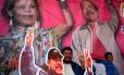 Um homem posa com imagens de Daniel Ortega e de sua esposa e vice Rosario Murillo, na celebração dos 39 anos da Revolução Sandinista Foto: OSWALDO RIVAS / REUTERS