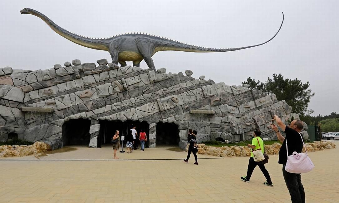 Um gigantesco Superassauro com seu longo pescoço dá boas-vindas aos visitantes logo na entrada do Dino Parque Foto: JOSE MANUEL RIBEIRO / AFP