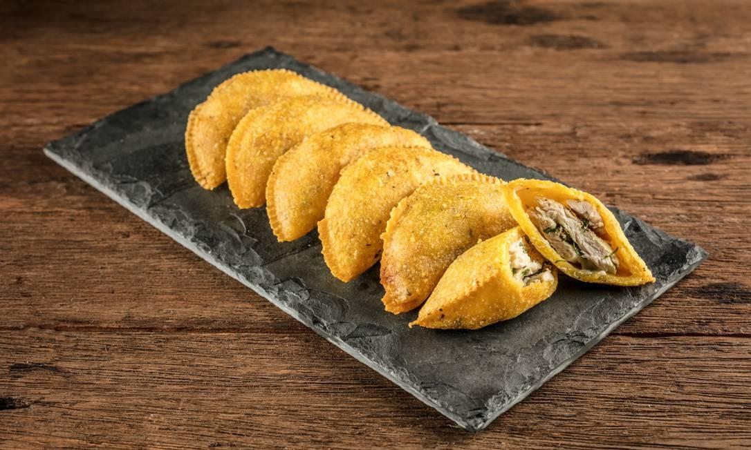 Os pastéis do Bom Galeto (2265-9482) podem ser de galeto com mozarela, linguiça com catupiry e carne com queijo coalho. A porção com seis (dois de cada sabor) custa R$ 17,95 Foto: Tomás Rangel / Divulgação