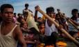 Refugiados rohingya atravessam rio para chegar a Bangladesh em embarcação improvisada Foto: MOHAMMAD PONIR HOSSAIN / Reuters