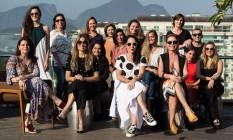 A fundadora do grupo, Tatiana Accioli (de blusa de bolas), com participantes que estarão na edição de estreia do Coletivo Carandaí 25 na Barra Foto: Emily Almeida / Agência O Globo